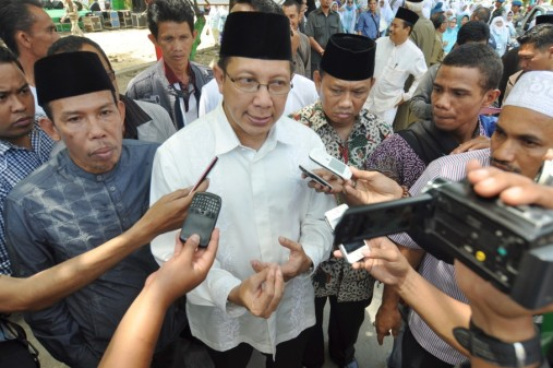 Menteri Agama RI, Lukman Hakim Saifuddin (tengah) memberi keterangan saat diwawancarai wartawan usai pembukaan Muktamar Wanita Islam Alkhairaat (WIA) ke IV di Palu, Sulawesi Tengah, Rabu (6/8).